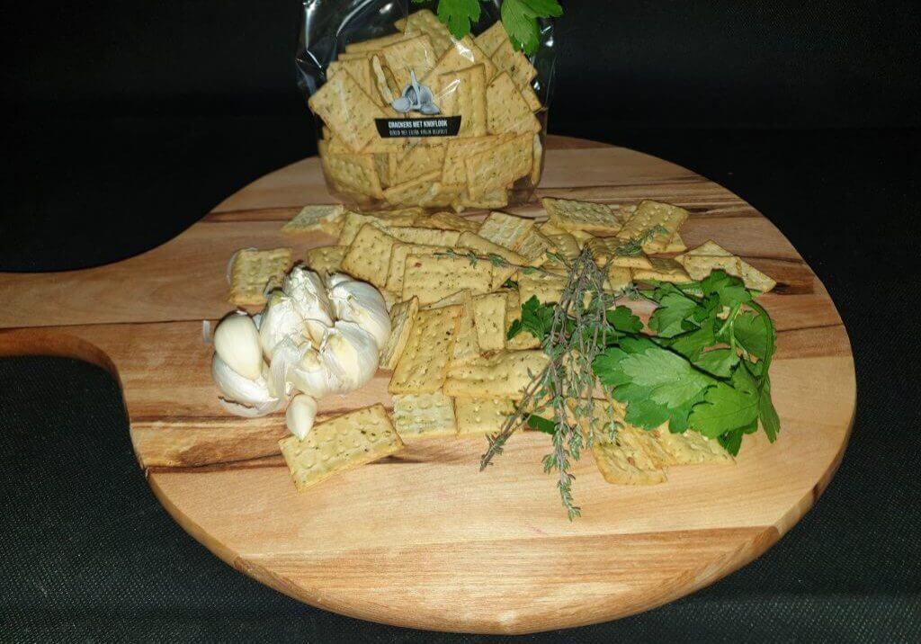 Cracker met extra vergine olijfolie, knoflook en peterselie