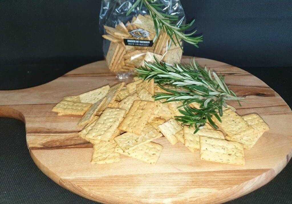 Cracker met extra vergine olijfolie, rozemarijn en groene kruiden