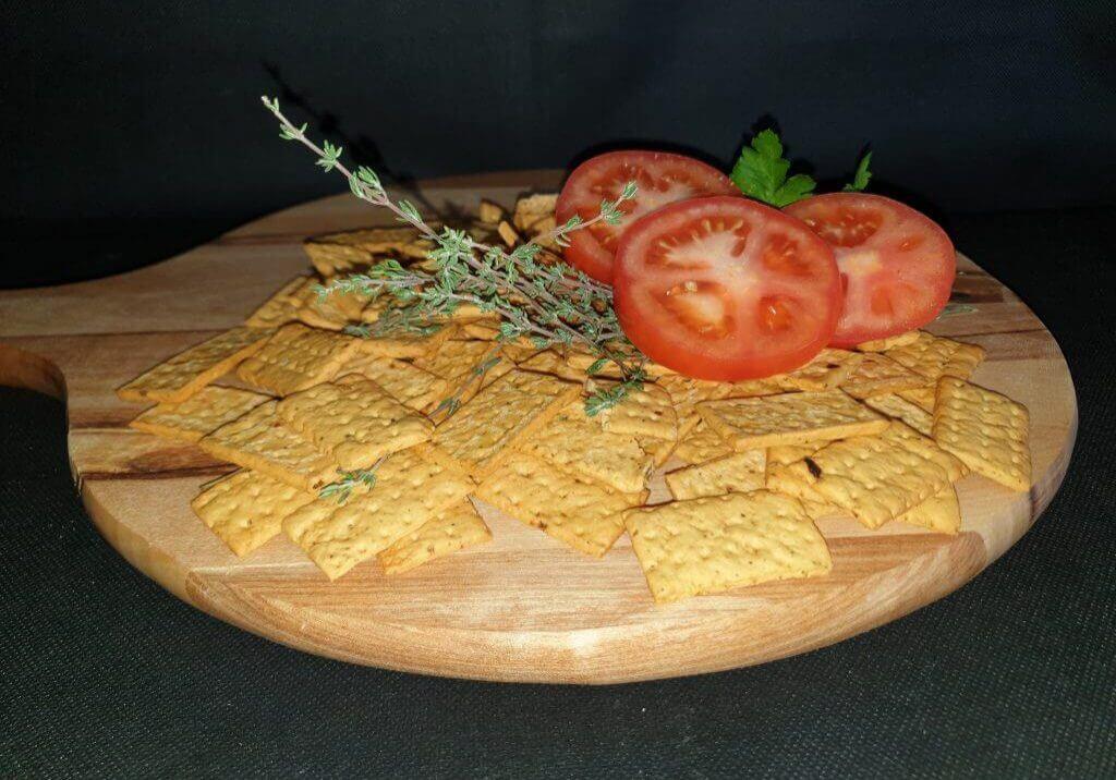 Cracker met extra vergine olijfolie, oregano, tomaat en ui